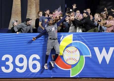 Adam Jones, de Estados Unidos, atrapa una bola sobre el muro para un out de Manny Machado, de República Dominicana, en el septimo inning de un juego de segunda ronda del Clásico Mundial de Béisbol, el 18 de marzo de 2017, en San Diego.