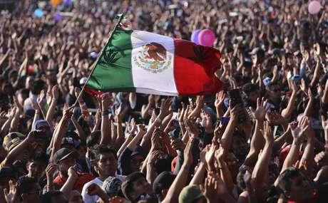 Un aficionado ondea una bandera mexicana durante el espectáculo de la banda colombiana de rock Doctor Krápula en el 18vo festival Vive Latino en la Ciudad de México, el sábado 18 de marzo de 2017. El festival de dos días es el más importante del país en lo que respecta al rock.