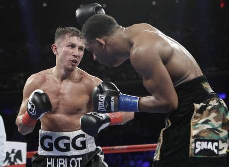 Gennady Golovkin (izquierda) intercambia golpes con Daniel Jacobs en el octavo asalto de la pelea por el peso mediano, en Nueva York, la madrugada del domingo 19 de marzo de 2017.