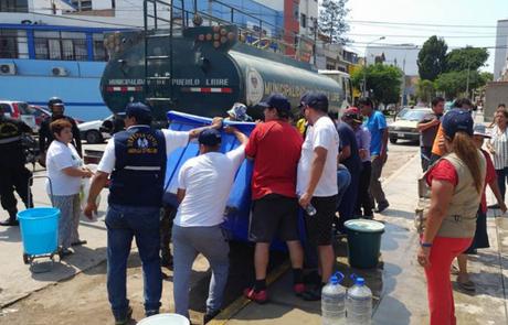 Sunass supervisa entrega gratuita de líquido elemento en distritos afectados.