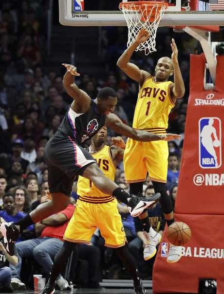 Brandon Bass, de los Clippers de Los Ángeles, a la izquierda, pierde el balón cuando buscaba la canasta rival frente a James Jones, de los Cavaliers de Cleveland, en la segunda mitad del partido en Los Ángeles, el sábado 18 de marzo de 2017. Los Clippers ganaron 107-78 a los Cavaliers