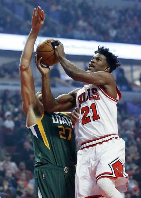Jimmy Butler, de los Bulls de Chicago, busca la canasta frente a Rudy Gobert, del Jazz de Utah, en la primera mitad del partido en Chicago, el sábado 18 de marzo de 2017. Los Bulls ganaron 95-86 al Jazz
