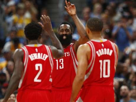 James Harden, base de los Rockets de Houston, es felicitado tras recibir una falta en el partido del sábado 18 de marzo de 2017, ante los Nuggets de Denver