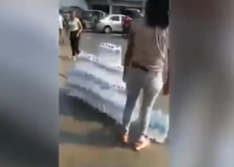Acaparadores venden agua afuera de supermercados.