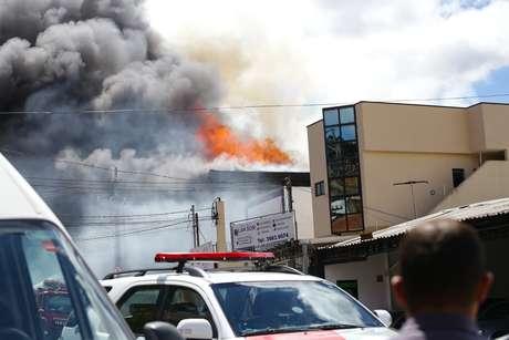 O Corpo de Bombeiros combate desde as 12h  de hoje (20) um incêndio em galpão no bairro Vila Nova Cachoeirinha, na zona norte de São Paulo. No local,  na Avenida Imirim, 3764, funciona uma loja de móveis. Não há vítimas.