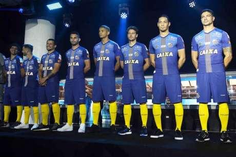 Em 2017, Caixa foi anunciada com terceiro uniforme (Foto: Pedro Ernesto Guerra Azevedo / Santos FC)