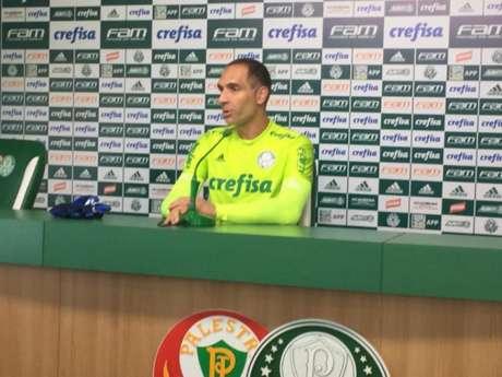 Fernando Prass durante a entrevista coletiva desta segunda-feira (Foto: Thiago Ferri)