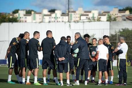 Tite orientando jogadores no retorno ao CT do Corinthians (Foto: Pedro Martins / MoWA Press)