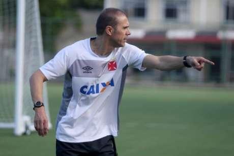 Milton orientou o posicionamento e conversou muitos com os atletas no treino (Foto: Paulo Fernandes/Vasco.com.br)