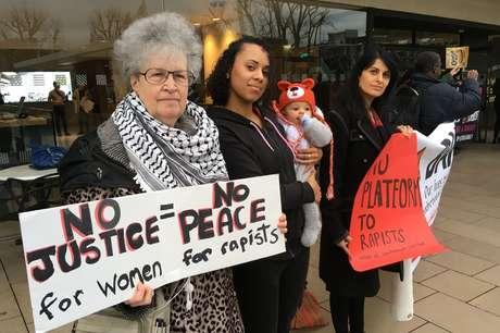 Diane Langford (à esquerda) participou dos protestos contra o ato em Londres