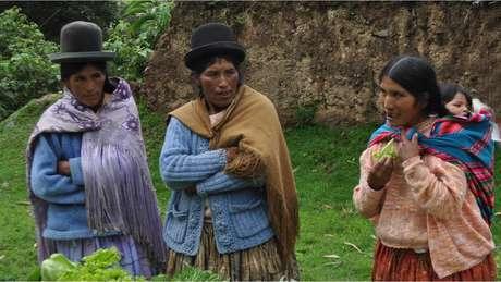 Camponesas na Bolívia; proposta encampada pelo governo quer ampliar aborto legal a mulheres carentes