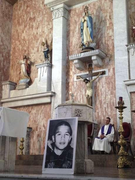 ARCHIVO - En esta fotografía de archivo del 14 de octubre de 2014 se ve un retrato de José Antonio Elena Rodríguez, de 16 años, a un lado de un altar, antes de una misa en su memoria en una iglesia en Nogales, estado de Sonora, en México. El chico murió baleado por un agente de la Patrulla Fronteriza que le disparó desde el lado estadounidense de la frontera, en octubre de 2012. El agente dijo que el chico lo había apedreado. El abogado de agente acusado de homicidio en segundo grado por la muerte del chico solicitó a una corte en Arizona que deseche como evidencia las imágenes de video existentes de lo ocurrido porque la Patrulla Fronteriza no conservó las grabaciones originales del incidente.
