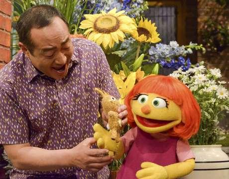 """Esta imagen, distribuida por Sesame Workshop muestra a Julia, la marioneta de un nuevo personaje con autismo que se estrenará en el 47ma temporada de """"Plaza Sésamo"""" el 10 de abril de 2017, en las televisoras PBS y HBO."""