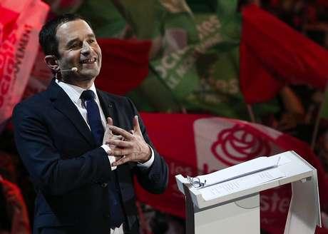 El candidato socialista a las elecciones presidenciales de Francia, Benoit Hamon, saluda a sus seguidores tras un discurso durante un mítin en París, el 19 de marzo de 2017.