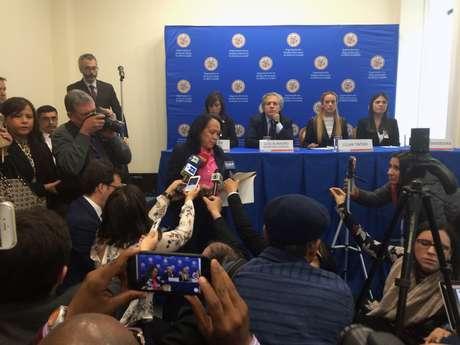 La embajadora alterna venezolana ante la OEA Carmen Velásquez interrumpe una conferencia de prensa encabezada por el secretario general del organismo, Luis Almagro, junto con Patricia Ceballos, Lilian Tintori y Oriana Goicoechea, parientes de opositores encarcelados, el lunes 20 de marzo de 2017 en la sede de la OEA en Washington.