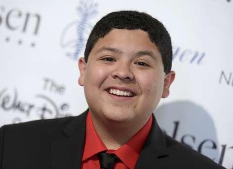 """En esta foto del 21 de agosto del 2015, Rico Rodríguez llega a la 30a entrega anual de los premios Imagen en Los Angeles. El actor, que interpreta a Manny en la popular serie de comedia """"Modern Family"""", dijo en las redes sociales el domingo 19 de marzo del 2017 que estaba llorando la muerte de su padre, Roy Rodríguez."""