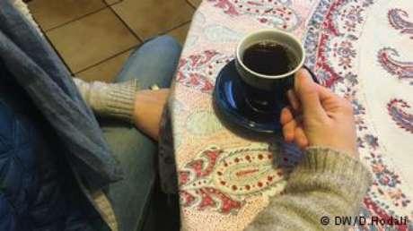 """""""Café de Aleppo tem um cheiro delicioso, intenso"""", diz a jovem estudante Rima A."""