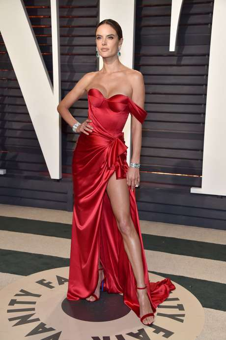 Alessandra Ambrosio seduce con ropa y sin ella.