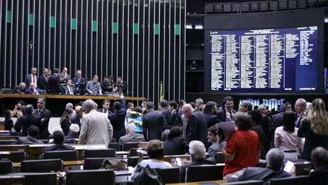 Autoridades se articulam para mudar forma como deputados são eleitos no Brasil; críticos a proposta falam em proteção contra a Lava Jato