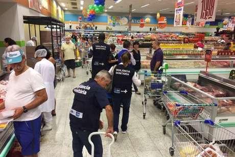 Técnicos da Vigilância Sanitária municipal do Rio recolheram amostras de carnes e derivados em grandes supermercados