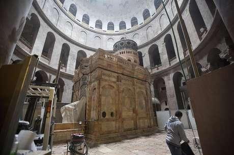 A Cupula e a Edícula que protegem a tumba de Jesus Cristo.