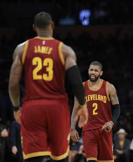 Kyrie Irving, de los Cavaliers de Cleveland, festeja delante de su compañero LeBron James, durante el encuentro del domingo 19 de marzo de 2017 ante los Lakers de Los Ángeles