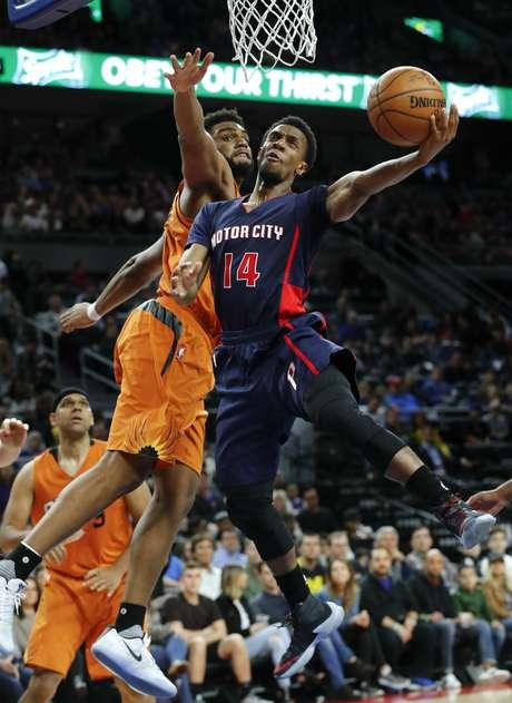 Ish Smith, escolta de los Pistons de Detroit, dispera frente a Alan Williams, de los Suns de Phoenix, en la segunda mitad del encuentro disputado el domingo 19 de marzo de 2017