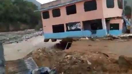 Video registra caída de casa por desborde del río Rímac — Facebook