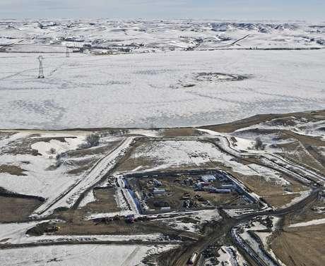En esta imagen del 13 de febrero de 2017, se ve el lugar donde se lleva a cabo la fase final del oleoducto Dakota Access, con equipo de excavación trazando la ruta del oleoducto de manera subterránea y através del Lago Oahe para conectarse con un ducto ya existente en el condado Emmons cerca de Cannon Ball, Dakota del Norte. El juez federal James Boasberg rechazó el martes 14 de marzo una solicitud de las tribus Standing Rock y Cheyenne River Sioux para evitar que el petróleo fluya en lo que se resuelve una apelación a la decisión previa de permitir que se finalice la construcción del oleoducto.