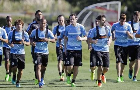 Los jugadores de Uruguay durante una entrenamiento en las afueras de Montevideo, el lunes 20 de marzo de 2017. Uruguay recibirá a Brasil el jueves por las eliminatorias del Mundial.