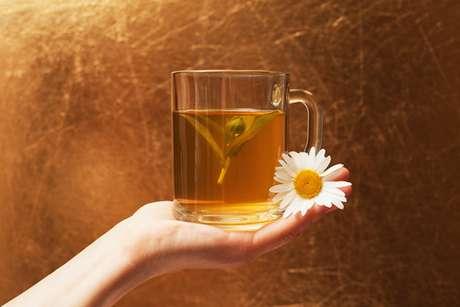 4 – Camomila: Utilize o chá da erva (frio) como enxaguante bucal. A saliva voltará a ser produzida normalmente.