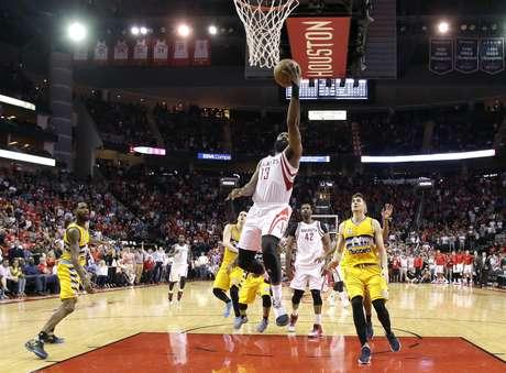 James Harden, de los Rockets de Houston, salta para lograr el enceste del triunfo ante los Nuggets de Denver, el lunes 20 de marzo de 2017