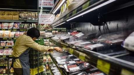 Funcionário de supermercado em Hong Kong recolhe produto brasileiro após restrição
