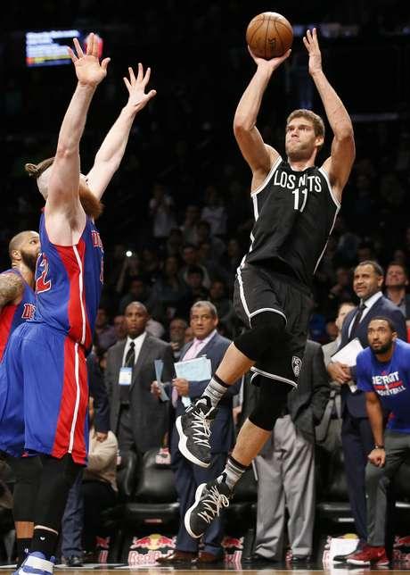 Brook López, de los Nets de Brooklyn, dispara en la agonía del encuentro, frente a Aron Baynes, de los Pistons de Detroit