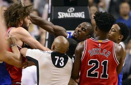 Serge Ibaka, alero de los Raptors de Toronto, lanza un golpe a Robin López, pívot de los Bulls de Chicago, durante el partido del martes 21 de marzo de 2017