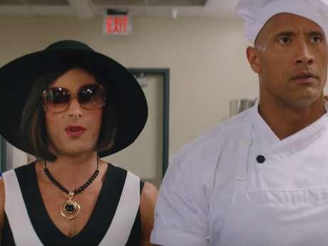 Zac Efron convertido en mujer junto a 'The Rock' con traje de chef.