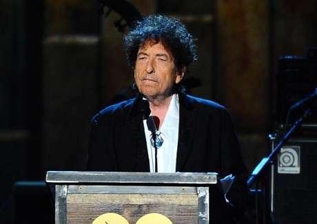 En esta foto del 6 de febrero del 2015, Bob Dylan acepta el premio a la Persona del Año de MusiCares en Los Angeles. En una rara y extensa entrevista publicada el miércoles 22 de marzo del 2017 en su sitio web, Dylan se abrió sobre su música y composiciones y habló de su relación con Frank Sinatra, Elvis Presley y otros íconos.