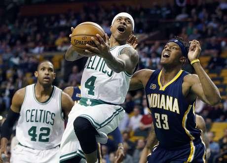 Isaiah Thomas (4) de los Celtics de Boston se eleva hacia la canasta ante Myles Turner (33) de los Pacers de Indiana, el miércoles 22 de marzo de 2017