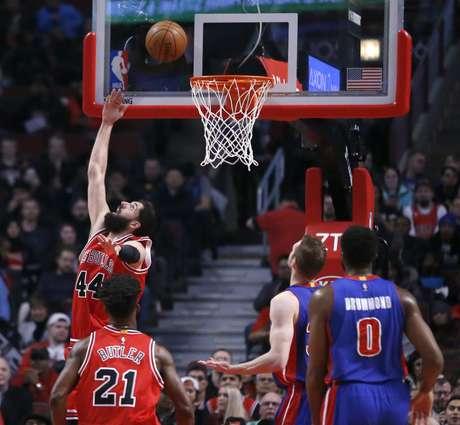 Nikola Mirotic, de los Bulls de Chicago, encesta de espaldas al aro durante el encuentro del miércoles 22 de marzo de 2017, ante los Pistons de Detroit
