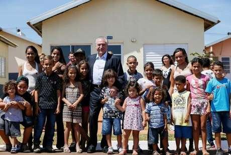 Presidente Michel Temer com moradores durante cerimônia de entrega de unidades habitacionais do Parque Residencial da Solidariedade, do Programa Minha Casa, Minha Vida, em Presidente Prudente (SP)