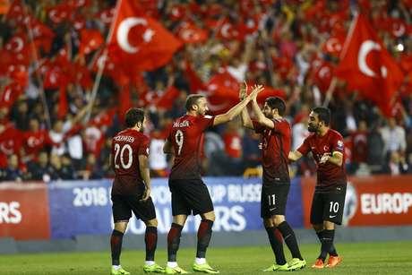 Jogadores turcos comemoram a vitória