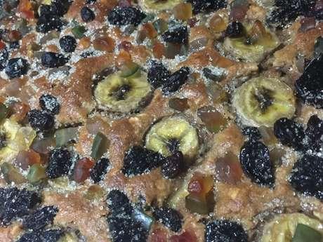 Bolo integral de banana com frutas cristalizadas e ameixa