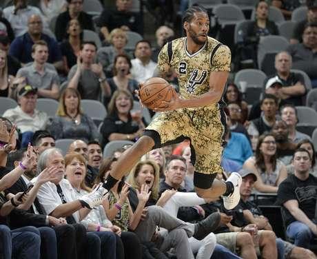 Kawhi Leonard, de los Spurs de San Antonio, evita que el balón salga de la cancha en el juego ante los Grizzlies de Memphis, el jueves 23 de marzo de 2017, en San Antonio