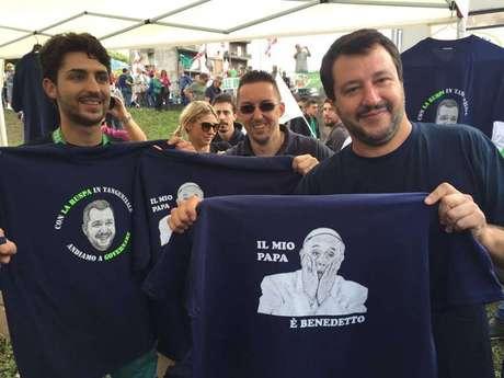 """Líder de partido de extrema-direita na Itália, Matteo Salvini (à dir. na foto) exibe camiseta com a inscrição """"Meu papa é Bento"""""""