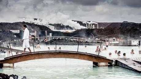 A Lagoa Azul é uma das atrações turísticas mais populares de Islândia - a piscina artificial é aquecida com energia geotermal