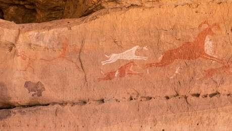 A arte rupestre, como esta de Wadi Tashwenat, na Líbia, é prova da existência de grandes mamíferos no chamado 'Saara verde', dizem os pesquisadores