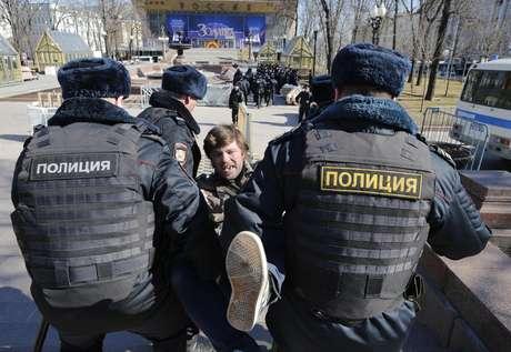 Detienen a 800 manifestantes en protesta anticorrupción en Moscú