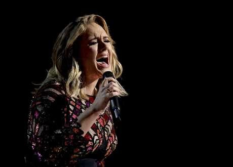 """En esta foto del 12 de febrero del 2017, Adele canta """"Hello"""" en la ceremonia de los premios Grammy en Los Angeles."""