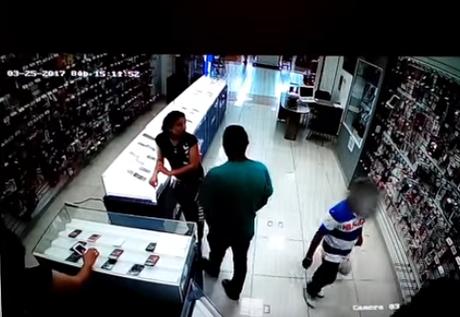 Usa a niño para robar un celular de tienda en 3 minutos