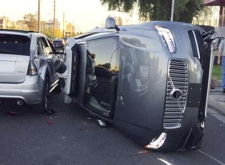 Esta foto del 24 de marzo del 2017 muestra un vehícuo autónomo de Uber volteado tras una colisión con otro coche en Tempe Arizona.